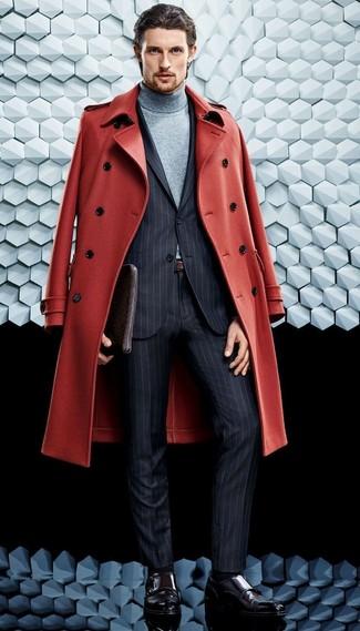 Cómo combinar: zapatos con doble hebilla de cuero burdeos, jersey de cuello alto gris, traje de rayas verticales en gris oscuro, abrigo largo rojo