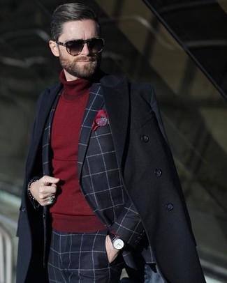 Cómo combinar: pañuelo de bolsillo estampado rojo, jersey de cuello alto burdeos, traje a cuadros azul marino, abrigo largo negro