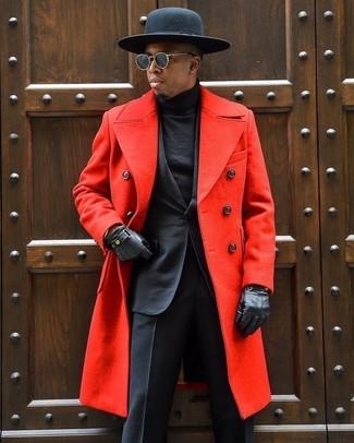Cómo combinar: sombrero de lana negro, jersey de cuello alto negro, traje negro, abrigo largo rojo