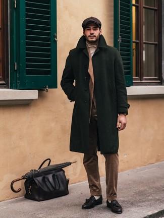 Combinar una gorra inglesa en marrón oscuro: Elige un abrigo largo verde oscuro y una gorra inglesa en marrón oscuro para un look agradable de fin de semana. Con el calzado, sé más clásico y opta por un par de mocasín con borlas de cuero negro.