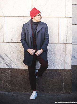 Combinar un jersey de cuello alto negro: Utiliza un jersey de cuello alto negro y un abrigo largo azul marino para después del trabajo. Mezcle diferentes estilos con tenis de cuero blancos.
