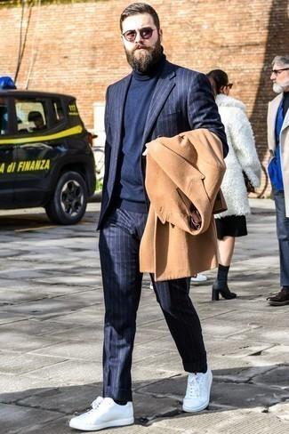 Combinar un abrigo largo marrón claro: Ponte un abrigo largo marrón claro y un traje de rayas verticales azul marino para rebosar clase y sofisticación. Mezcle diferentes estilos con tenis blancos.
