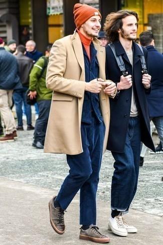 Combinar unos tenis de ante grises: Ponte un abrigo largo marrón claro y un traje de pana azul marino para una apariencia clásica y elegante. Si no quieres vestir totalmente formal, haz tenis de ante grises tu calzado.