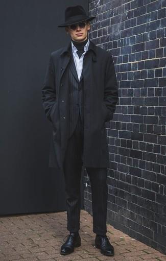 Combinar un abrigo: Considera ponerse un abrigo y un traje de rayas verticales negro para las 8 horas. ¿Te sientes valiente? Elige un par de zapatos oxford de cuero negros.