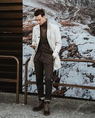 Combinar unas botas casual de ante en marrón oscuro: Haz de una gabardina blanca y un traje de lana en marrón oscuro tu atuendo para un perfil clásico y refinado. Si no quieres vestir totalmente formal, complementa tu atuendo con botas casual de ante en marrón oscuro.