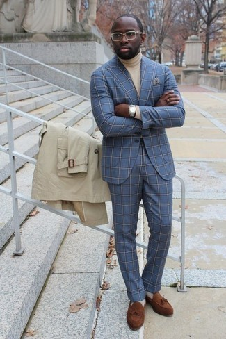 Outfits hombres en otoño 2020: Empareja una gabardina en beige con un traje celeste para rebosar clase y sofisticación. ¿Quieres elegir un zapato informal? Usa un par de mocasín con borlas de ante marrón para el día. ¡Nos encanta el look! Es una idea genial para este otoño.