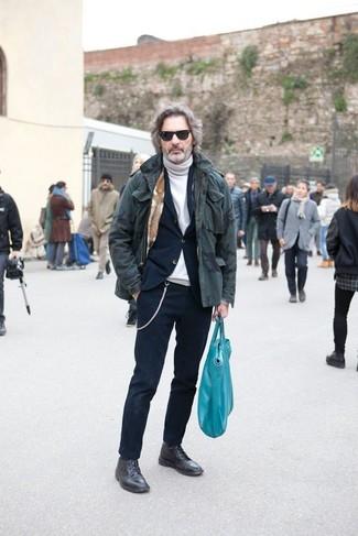 Cómo combinar: botas casual de cuero negras, jersey de cuello alto blanco, traje azul marino, parka de camuflaje verde oliva