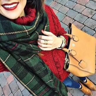 La versatilidad de un jersey de cuello alto de lana de punto rojo y unos vaqueros pitillo azules de Saint Laurent los hace prendas en las que vale la pena invertir. Botines chelsea de ante marrón claro resaltaran una combinación tan clásico.