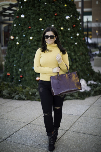 Cómo combinar: jersey de cuello alto amarillo, vaqueros pitillo desgastados negros, botines con cordones de ante negros, bolsa tote de cuero negra