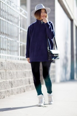 Cómo combinar: jersey de cuello alto azul marino, vaqueros pitillo negros, zapatillas con cuña de cuero blancas, bolso bandolera de cuero negro