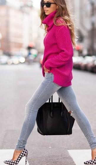 Considera emparejar un jersey de cuello alto rosa junto a unos vaqueros pitillo desgastados grises para un almuerzo en domingo con amigos. Zapatos de tacón de cuero de pata de gallo negros y blancos son una opción grandiosa para complementar tu atuendo.