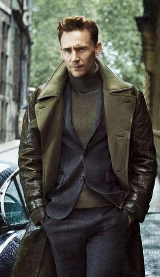 Cómo combinar: jersey de cuello alto verde oliva, traje de lana en gris oscuro, gabardina de cuero verde oliva