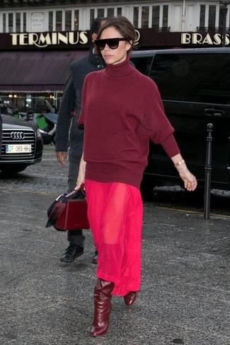 Look de Victoria Beckham: Jersey de cuello alto de lana burdeos, Vestido largo de gasa rosa, Botas de caña alta de cuero burdeos, Bolso de hombre de cuero burdeos
