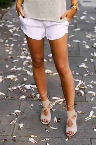 Cómo combinar: jersey de manga corta en beige, pantalones cortos blancos, sandalias de tacón de ante en beige