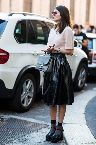 Cómo combinar: jersey de manga corta en beige, falda campana de cuero negra, zapatos de tacón de cuero gruesos negros, bolso de hombre de cuero gris