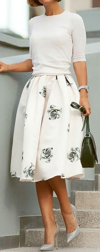 Para seguir las tendencias usa un jersey de manga corta blanco y una falda campana con print de flores blanca. ¿Por qué no ponerse zapatos de tacón de cuero grises a la combinación para dar una sensación más clásica?