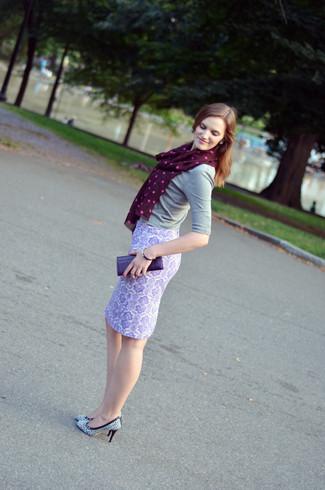 Un jersey de manga corta gris y una cartera sobre de cuero violeta son prendas que debes tener en tu armario. Zapatos de tacón de cuero estampados blancos y negros dan un toque chic al instante incluso al look más informal.