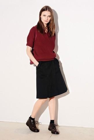 Ponte un jersey de manga corta burdeos y una falda línea a negra para lidiar sin esfuerzo con lo que sea que te traiga el día. Botas safari añaden un toque de personalidad al look.