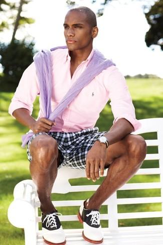 Cómo combinar: jersey de ochos violeta claro, camisa de manga larga rosada, pantalones cortos de tartán en negro y blanco, zapatos oxford de cuero en blanco y negro