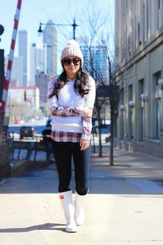 Look de moda: Jersey de Ochos Blanco, Camisa de Vestir de Tartán Roja y Blanca, Vaqueros Pitillo Azul Marino, Botas de Lluvia Blancas