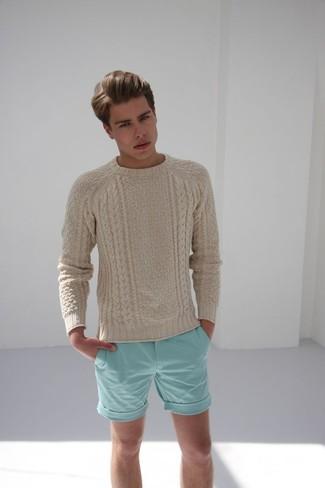 Cómo combinar: jersey de ochos en beige, pantalones cortos en verde menta