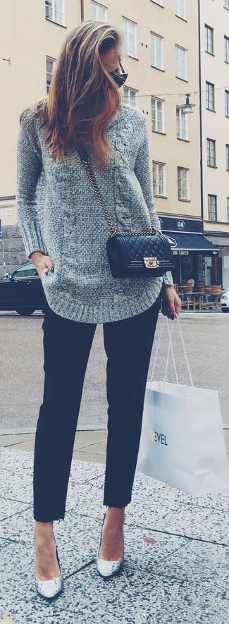 Equípate un jersey de ochos gris junto a un pantalón de vestir negro para lidiar sin esfuerzo con lo que sea que te traiga el día. Agrega zapatos de tacón de cuero grises a tu apariencia para un mejor estilo al instante.