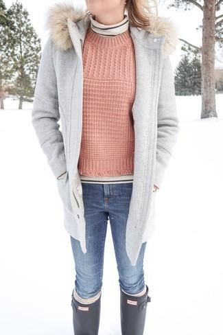 Cómo combinar: vaqueros pitillo azules, jersey de ochos rosado, jersey de cuello alto de rayas horizontales en beige, trenca gris