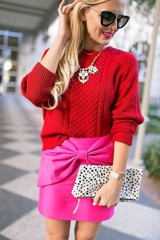 Cómo combinar: jersey de ochos rojo, minifalda rosa, cartera sobre de cuero de leopardo blanca, gafas de sol negras