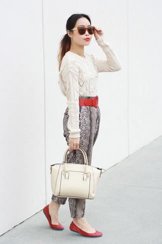 Un jersey de ochos blanco y una bolsa tote de cuero blanca son una gran fórmula de vestimenta para tener en tu clóset. Un par de bailarinas de cuero rojas se integra perfectamente con diversos looks.
