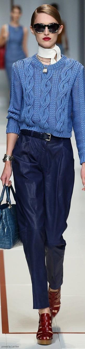Un jersey de ochos azul y un colgante dorado son una gran fórmula de vestimenta para tener en tu clóset. Sandalias romanas de cuero rojas darán un toque desenfadado al conjunto.