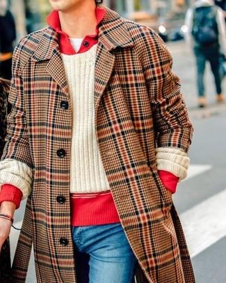Cómo combinar: camiseta con cuello circular blanca, jersey de ochos en beige, polo de manga larga rojo, abrigo largo de tartán marrón