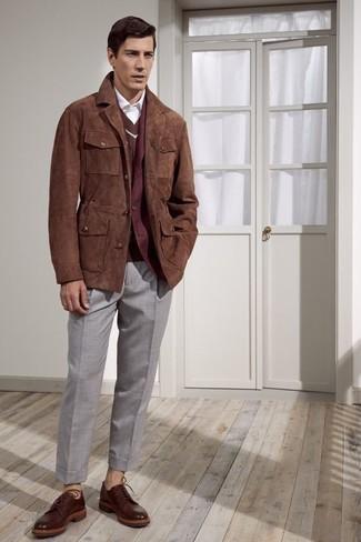 Cómo combinar: camisa de vestir blanca, jersey de pico marrón, blazer de lana burdeos, chaqueta con cuello y botones de ante marrón