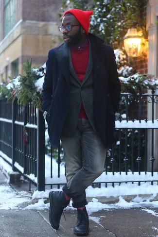 Combinar un blazer de lana en gris oscuro: Ponte un blazer de lana en gris oscuro y unos vaqueros grises para lograr un look de vestir pero no muy formal. Botas casual de cuero negras son una opción buena para complementar tu atuendo.