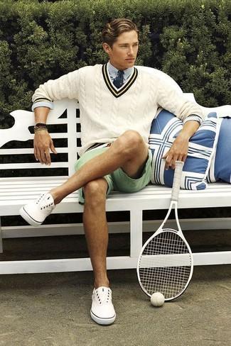 Cómo combinar: jersey de pico en beige, camisa de vestir celeste, pantalones cortos en verde menta, tenis de lona blancos