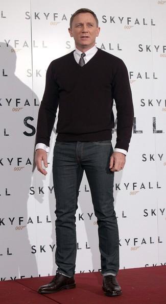 Para un atuendo que esté lleno de caracter y personalidad ponte un jersey de pico negro y unos vaqueros gris oscuro. ¿Por qué no ponerse botas brogue de cuero burdeos a la combinación para dar una sensación más clásica?
