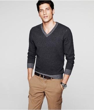 Cómo combinar: jersey de pico en gris oscuro, pantalón cargo marrón claro, correa de cuero en marrón oscuro