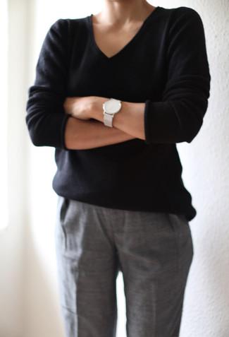 Cómo combinar: jersey de pico negro, pantalón de vestir gris, reloj de cuero blanco