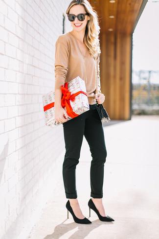 Cómo combinar: jersey de pico marrón claro, pantalones pitillo negros, zapatos de tacón de ante negros, bolso bandolera de cuero negro