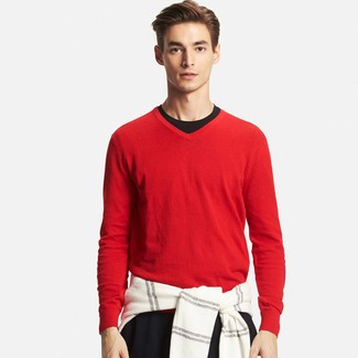 Cómo combinar: jersey de pico rojo, camiseta con cuello circular negra, pantalón chino negro