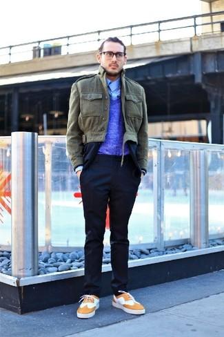 Cómo combinar: camisa de manga larga celeste, jersey de pico azul, traje azul marino, chaqueta con cuello y botones verde oliva