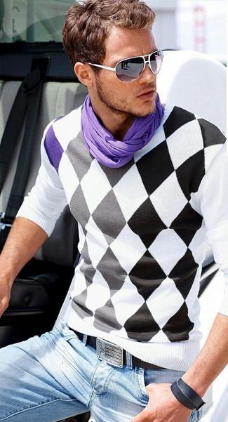 Cómo combinar: jersey de pico de rombos en blanco y negro, vaqueros celestes, correa de cuero negra, bufanda en violeta