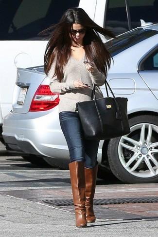 Look de Selena Gomez: Jersey de Pico Gris, Vaqueros Pitillo Azul Marino, Botas de Caña Alta de Cuero Marrónes, Bolsa Tote de Cuero Negra