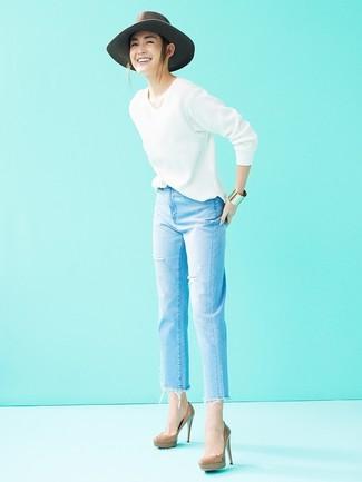 Cómo combinar: jersey de pico blanco, vaqueros desgastados celestes, zapatos de tacón de cuero marrónes, sombrero de lana gris