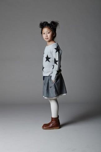 Cómo combinar: jersey de estrellas gris, falda gris, botas de cuero en marrón oscuro, medias blancas