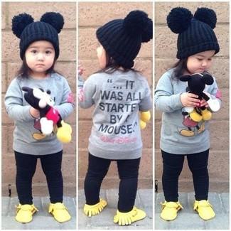 Cómo combinar: jersey gris, leggings negros, zapatillas amarillas, gorro negro