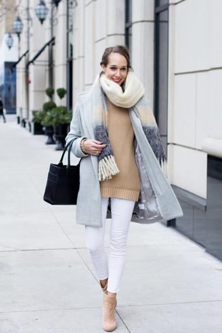 Cómo combinar: vaqueros pitillo blancos, jersey oversized marrón claro, abrigo celeste, chal celeste