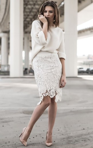 Cómo combinar: jersey oversized blanco, falda lápiz de encaje blanca, zapatos de tacón de cuero en beige