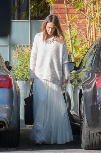 Look de Jessica Alba: Jersey Oversized Blanco, Falda Larga de Gasa Plisada Blanca, Bolsa Tote de Cuero Negra, Collar Dorado