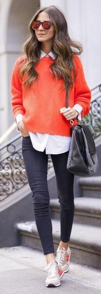 Opta por la comodidad en un jersey oversized de punto rojo y unos vaqueros pitillo en gris oscuro. Completa el look con tenis en beige.