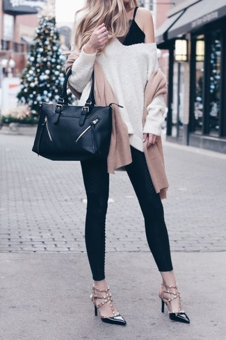 Mantén tu atuendo relajado con un jersey oversized en beige y una bufanda marrón claro de mujeres de Moschino. Zapatos de tacón de cuero con tachuelas negros dan un toque chic al instante incluso al look más informal.